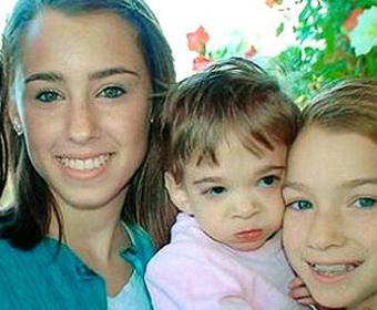 Brooke (no meio) tem 16 anos de idade e a aparência de um bebê