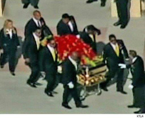 Corpo de Michael é carregado pelos irmãos