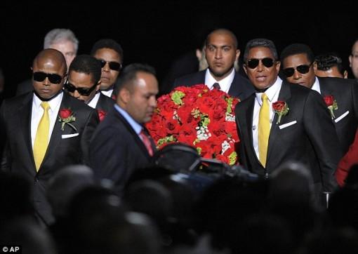 Irmãos de Michael carregam o caixão